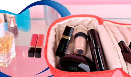 Limpia tu bolsa de maquillaje y organiza tus cosméticos.
