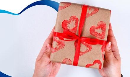 Haz envolturas de regalos con sellos de tubos de cartón